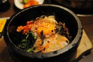 韓国で石焼ビビンバを食べる画像。